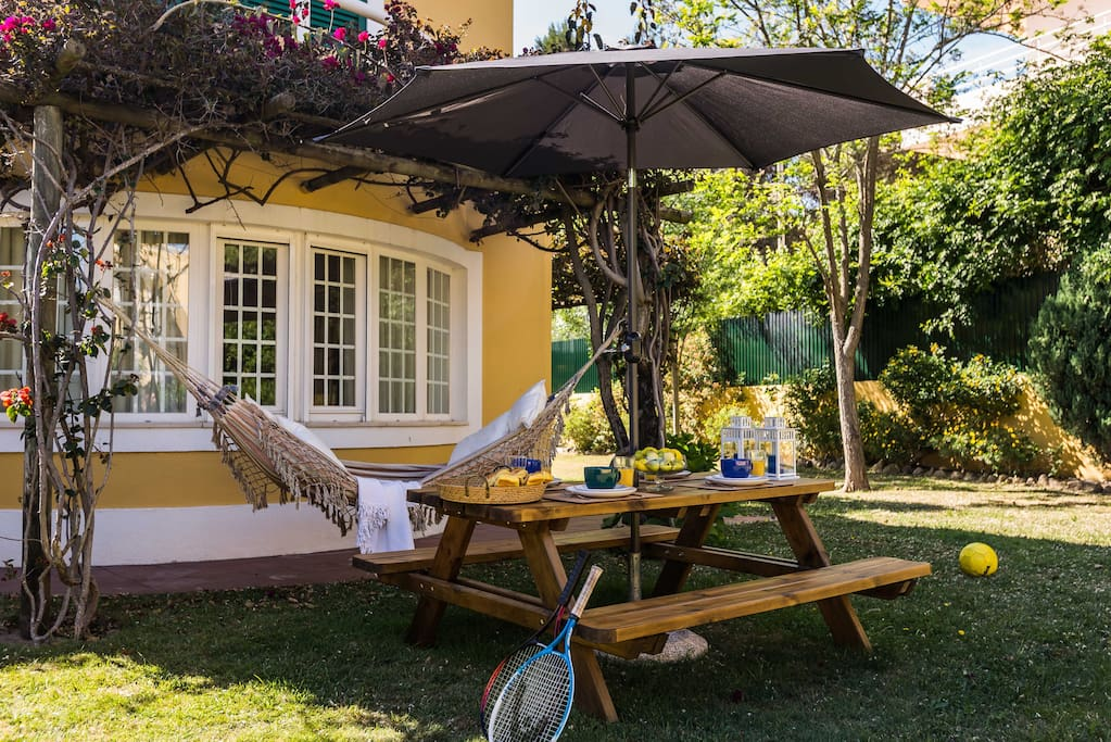 Explendid Private garden with outdoor table and gas barbecue