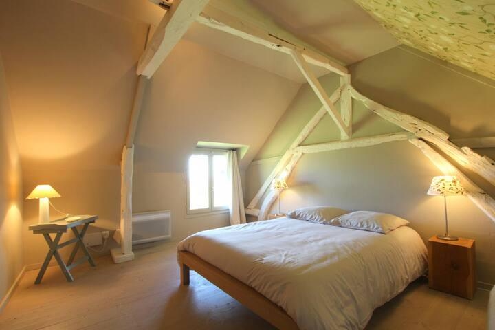 Le premier escalier du salon conduit à une chambre avec un lit deux personnes en 140 et, sur le même palier, à une petite chambre d'enfant avec deux lits une personne.