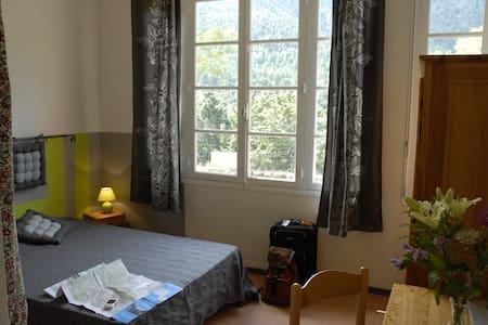 Chambre d'hôte de moyenne montagne - Escaro - Bed & Breakfast