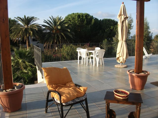 Apartment with huge panoramic terraces and garden - Lascari - Appartement