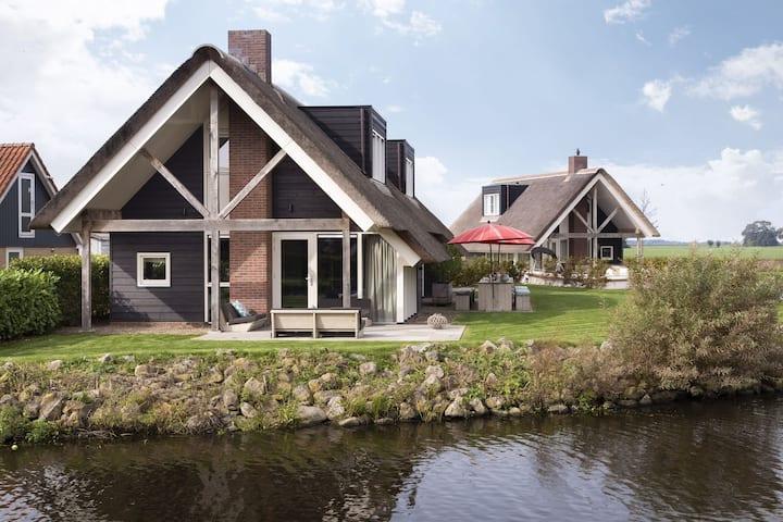 Luxe watervilla Z02 met sauna & tuin aan het water