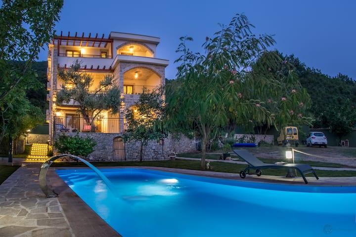 WOW,6 BR Sleeps 13 with Pool near Aqua park +Pkg