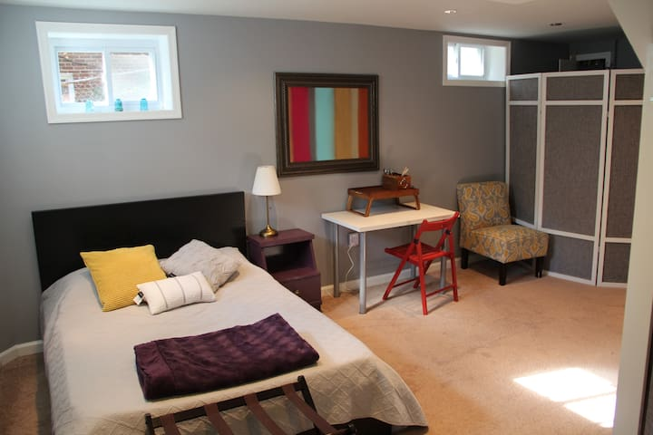 Private ground floor suite w/ 2 comfy beds - Hyattsville - Huis