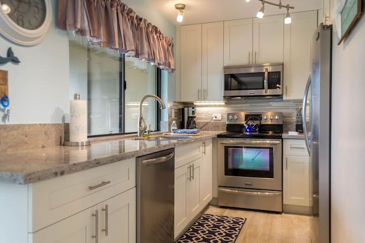 Ocean side complex, newly remodeled, 2bd/2ba - Lahaina