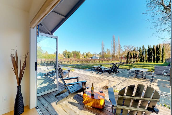Enjoy the Sunset from Upscale Home Among Vineyards — short walk to Healdsburg