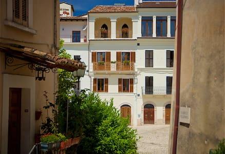 Casa Fonte Vecchia, The Green Room - Fontecchio - Bed & Breakfast