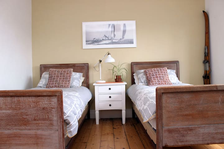 Twin/single/double sunny room in atmospheric house