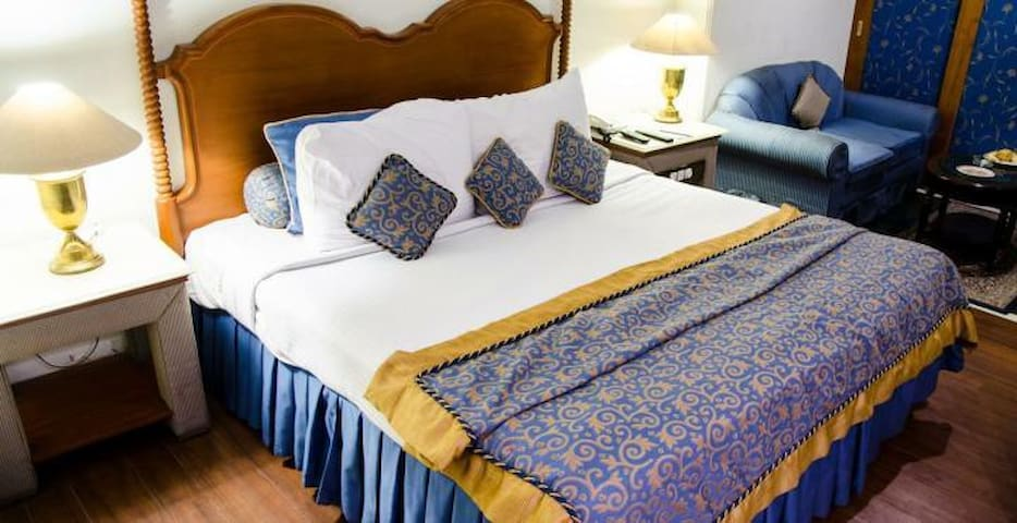 Spacious Room, Queen bed, AC TV & WiFi @ NAGPUR