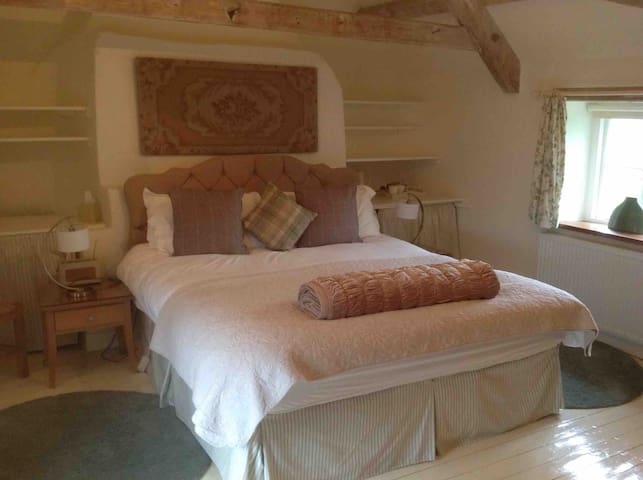 'Rafters' B&B Peaceful Cotswold Farmhouse