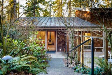 Peaceful Waterfront Island Home - Shelton - House - 2