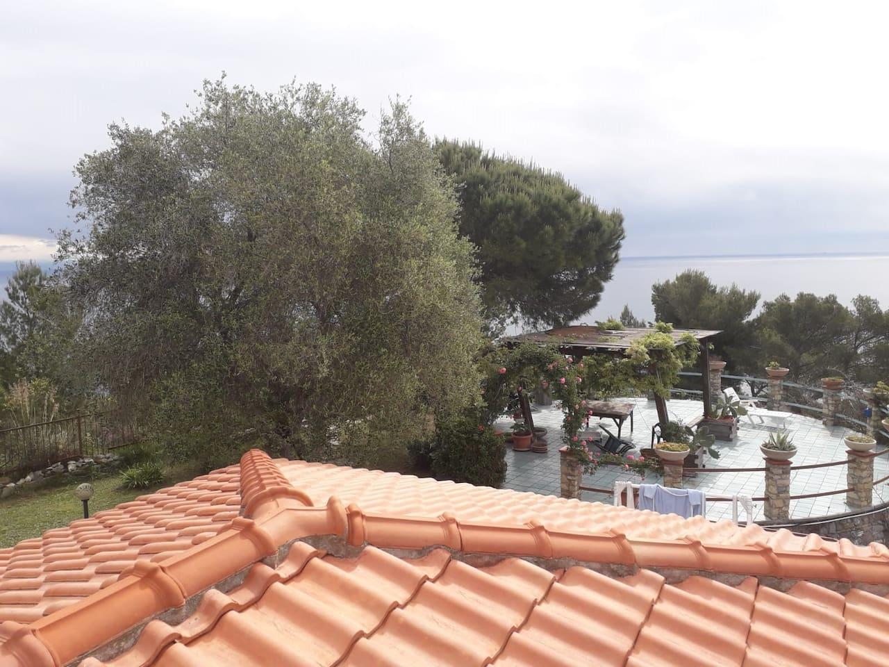 panorama dal terrazzo sulla rotonda ( 100 mq ),  perfetta per aperitivi, pranzi e relax