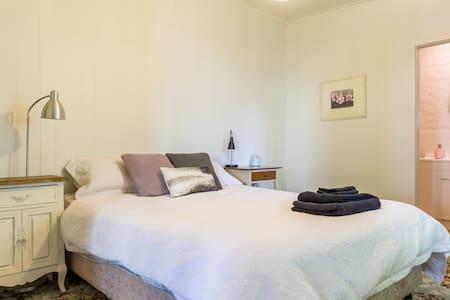 Studio/Granny Flat- Clean homely, & Great Location - Moonee Ponds - Huoneisto