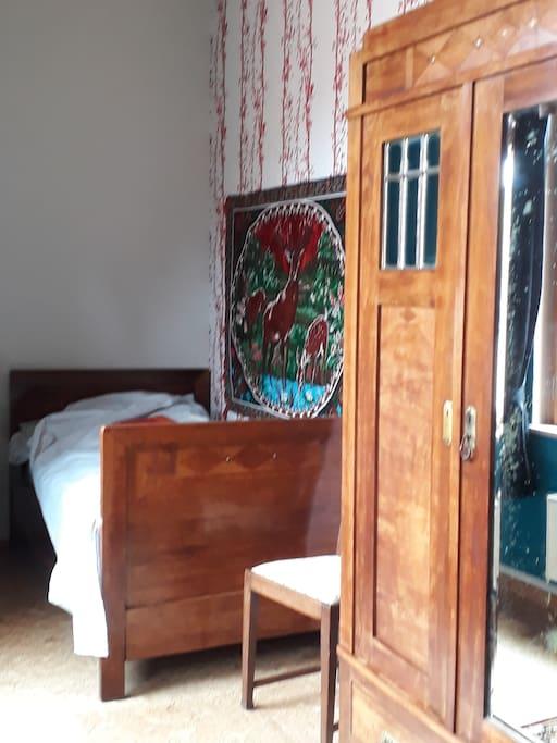 ...das Zimmer mit Möbeln von 1905