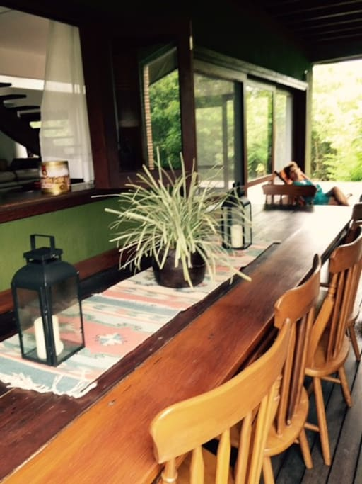 varanda lateral com mesa de 4 metros
