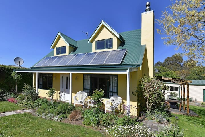 Charming Cosy Yellow Cottage in Tranquil Setting