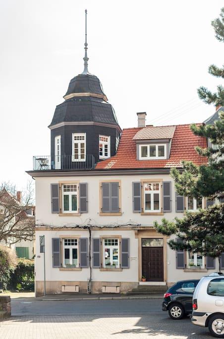 Strassenansicht des alten Weingutshauses. Die Ferienwohnung ist im Dachgeschoss