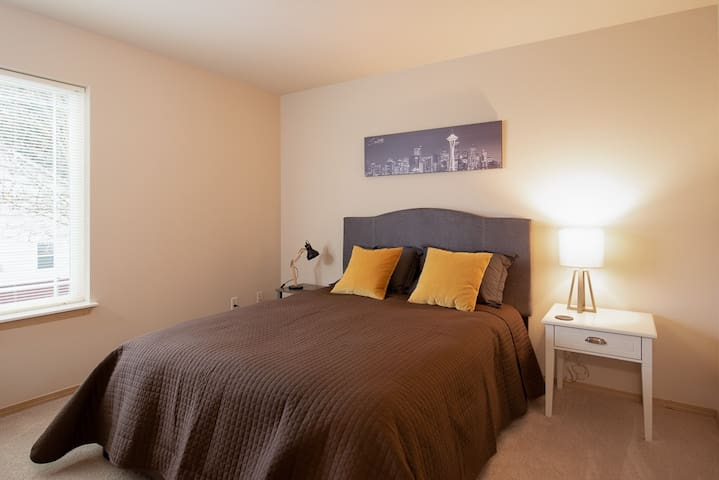 """""""Seattle"""" Bedroom with Queen Size Bed"""