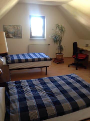 Ein großes Dachgeschosszimmer - Uttenreuth - House