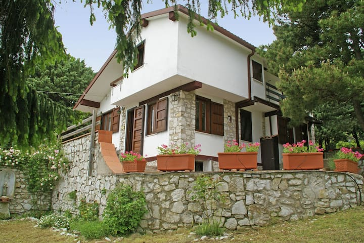 Charming cottage with panoramic pool and a large, fenced garden