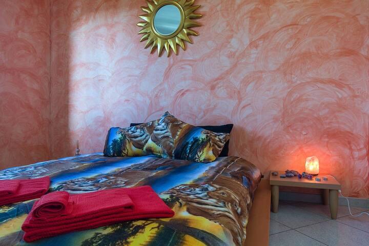Stanza Africa dotata di piccolo condizionatore ad acqua portatile e ventilatore per migliorare la temperatura delle stanza durante l'estate. In inverno la stanza e riscaldata con la stufa a pallet, in dotazione c'è una piccola stufa elettrica.