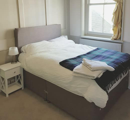 Large double room in Georgian Town House