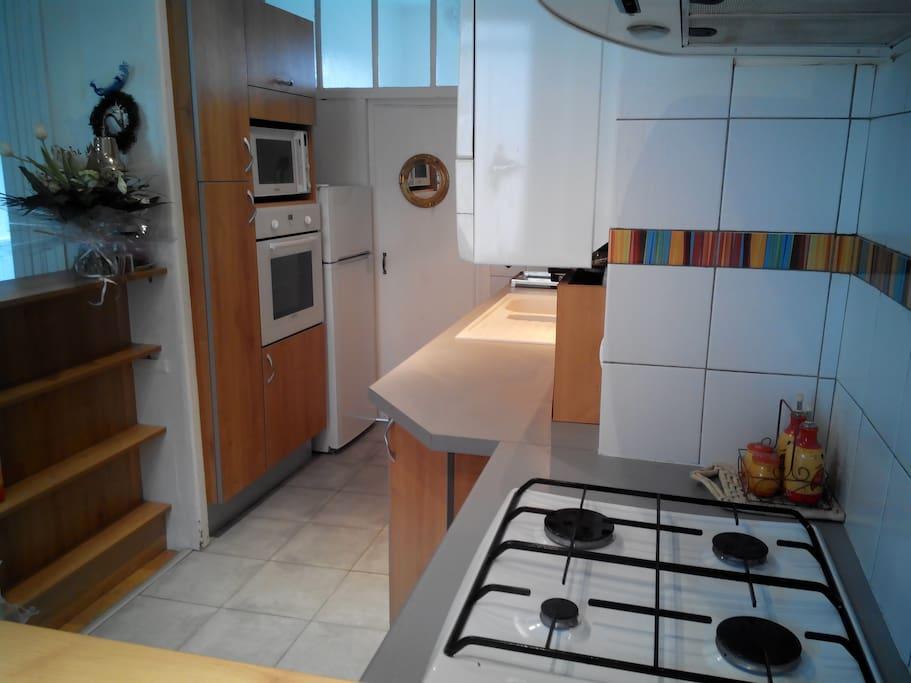 Dès l'ouverture de la porte d'entrée, vous aurez la cuisine à votre droite.