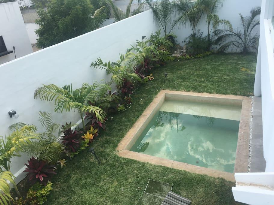 Cuenta con una Piscina, jardín y una cascada para relajarse.