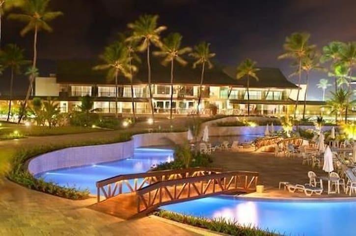 Foto noturno da área do resort