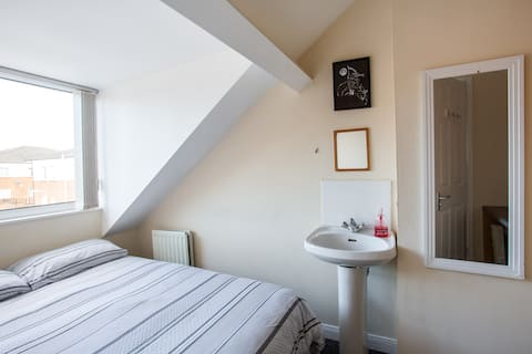 Double room close to city centre 2 (of 3)