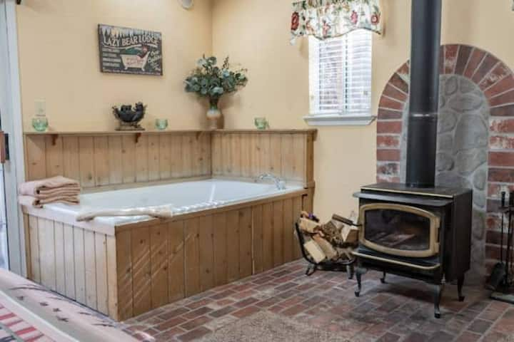 Romantic Private Cabin Walk to Village and Lake ~ Pet Friendly