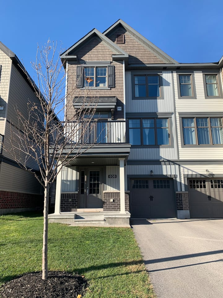 Gorgeous 2 bed, 1.5 bath, Quinespointe Barrhaven.