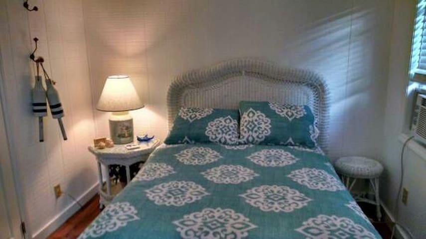 Large Bedroom - Lakewood - Hus