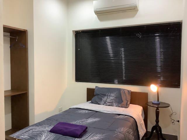 ห้องนอน3เตียง3.50 ฟุต แอร์ ที่แขวนเสื้อผ้าโคมไฟหัวเตียง สำหรับอ่านหนังสือ ผ้าขนหนู1ผืน