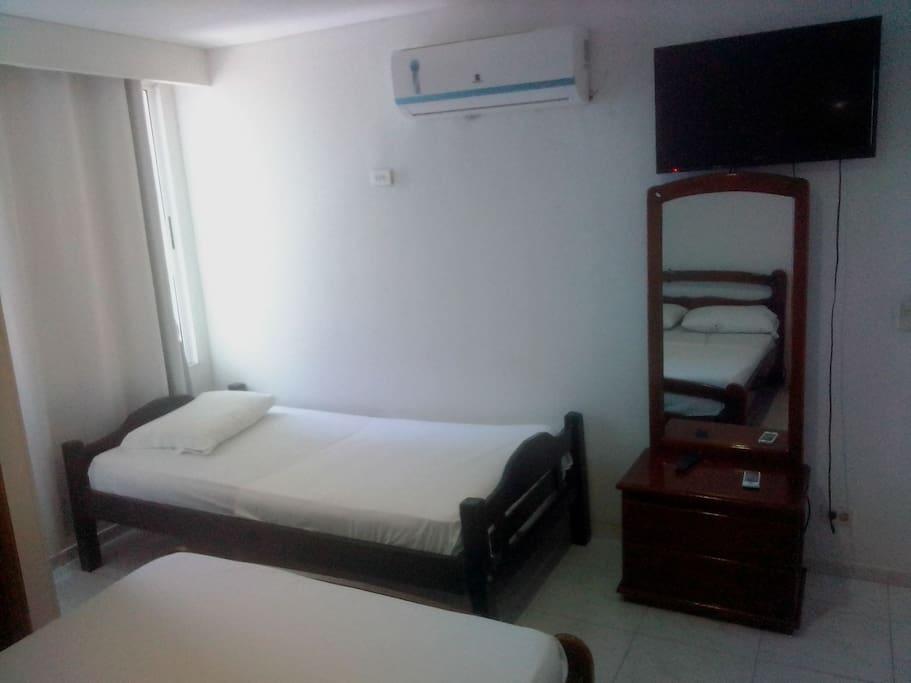 3/7 habitación, 1 cama sencilla, t.v, aire, espejo entero.