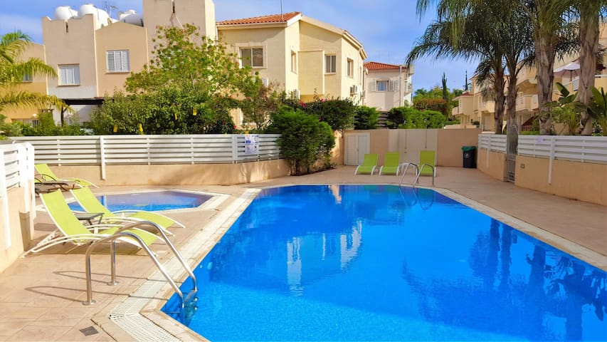 1bed sleeps 4 + 2 swimming pools+tennis court+gym - Paralimni - Apartament