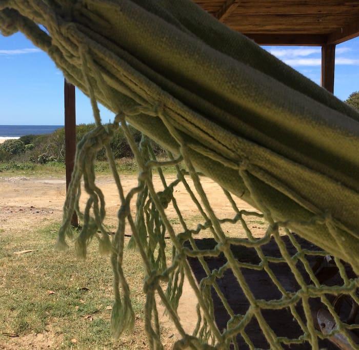 Quė tal una siestita en hamaca paraguaya frente al mar.