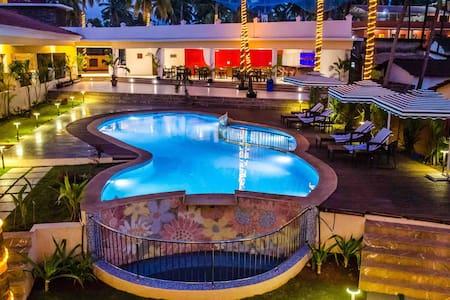 Deluxe with pool & breakfast near  Mandrem beach