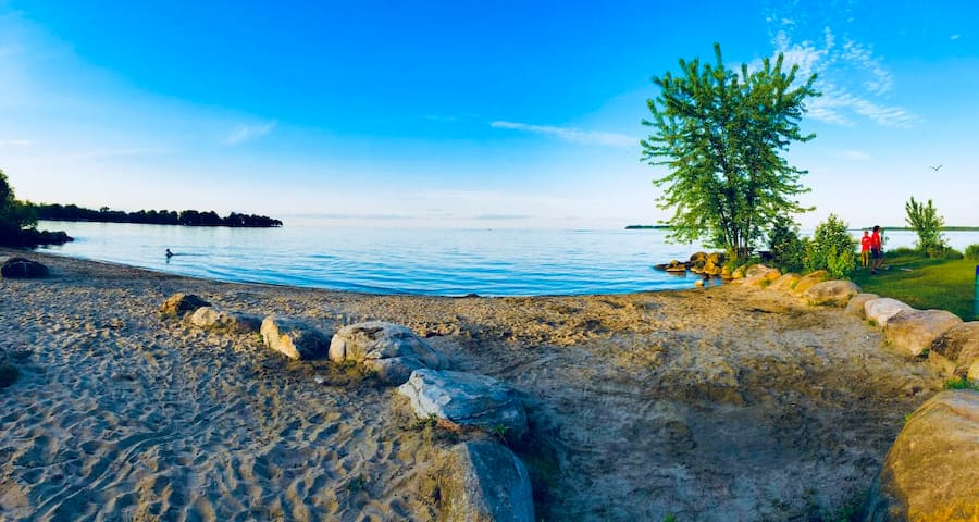 Quiet Rooms Steps to Innisfil Beach, Free Parking