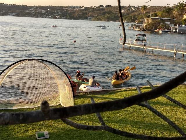 Disfrutando entre amigos con los Kayaks!