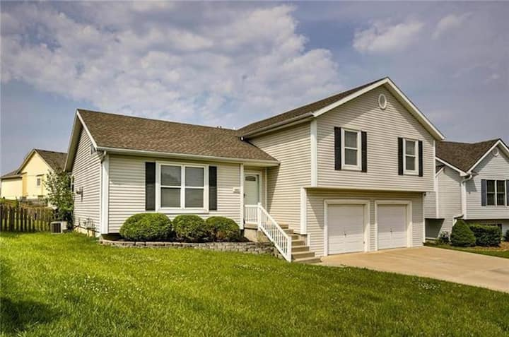 Platte City Home - Suburban comfort near MCI