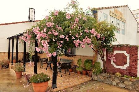 Habitación triple tranquila en la Sierra Andaluz - El Castillo de las Guardas - ゲストハウス