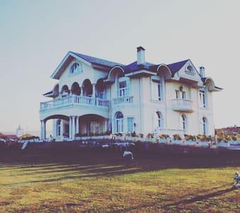 Villa de lujo en un lugar espectacular - Tagle - Casa de camp