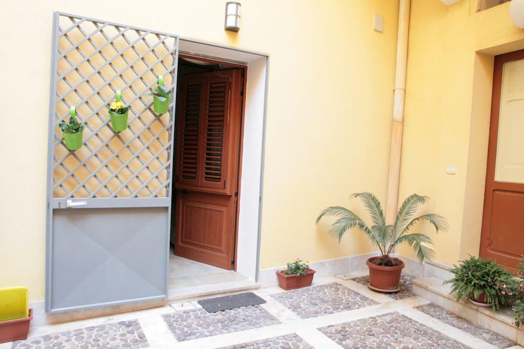 Cortile interno, ingresso alla camera da letto - Inner court, bedroom entrance