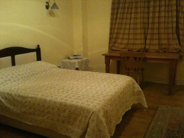 Spacious double room available - Higher Ashton - Hus