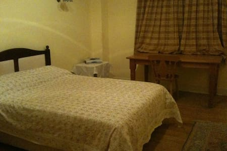 Spacious double room available - Higher Ashton - Дом