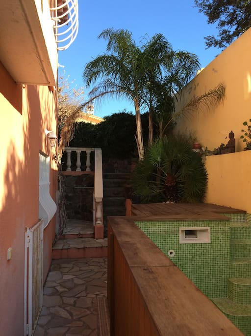Montée escalier vers maison-piscine