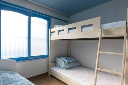 Santorini Guesthouse 3 bed room(only for WOMAN) - Seongsan-eup, Seogwipo-si