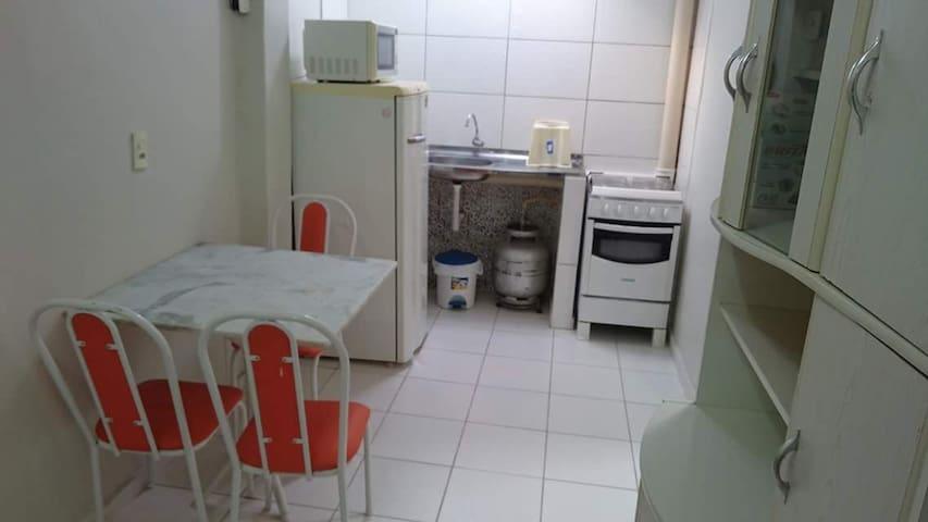Alugo 1 SUÍTE mobiliada com banheiro, ar, cozinha.