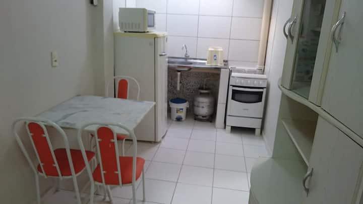 Alugo QUARTO com banheiro, ar, cozinha completa.