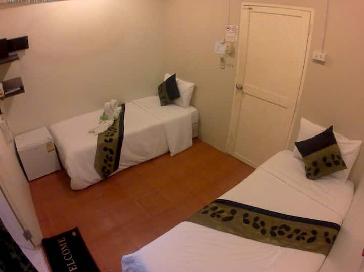 Twin beds with private bathroom in Khao San
